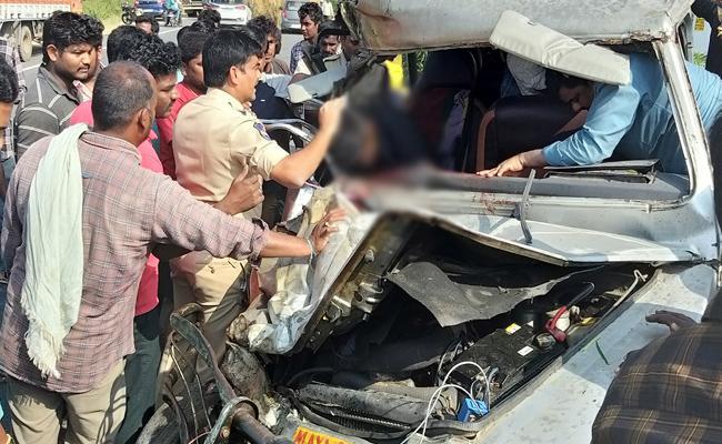 Road Accident In Mahabubnagar Driver Died And 13 Injured  - Sakshi