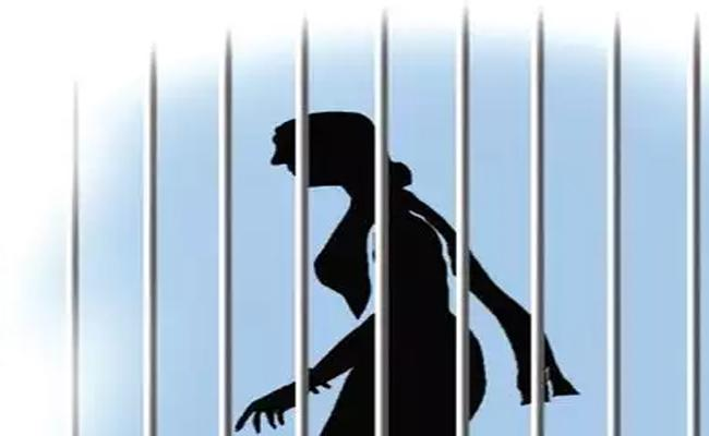 Police Arrested Thief Woman In Nalgonda Seized Rs 1 Lakh And Gold - Sakshi