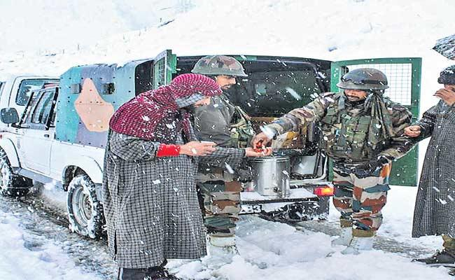 Army Soldiers Saved 350 People Who Stuck In Traffic Jam Due To Heavy Snow Fall - Sakshi