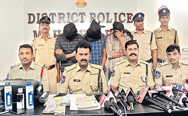 Mahabubabad Police Arrested A Family For Making Nakli Notes - Sakshi