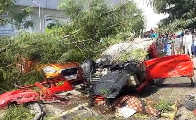 Biodiversity flyover: Car Rams into Flyover wall, woman dies In Hyderabad - Sakshi
