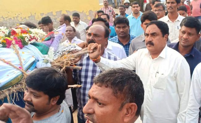 Minister Errabelli Dayakar Rao Attend Driver Parthasarathy Anthima Yatra - Sakshi