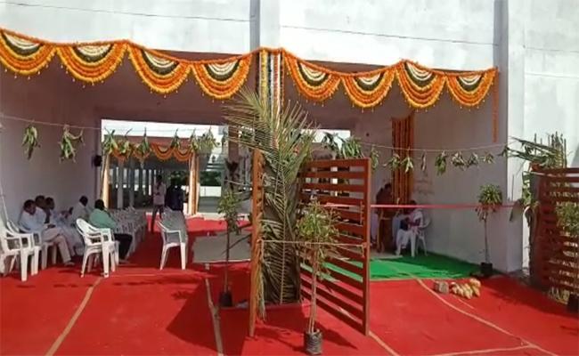 TRS Leaders Complaint Against Yadadri EO Geeta Reddy - Sakshi