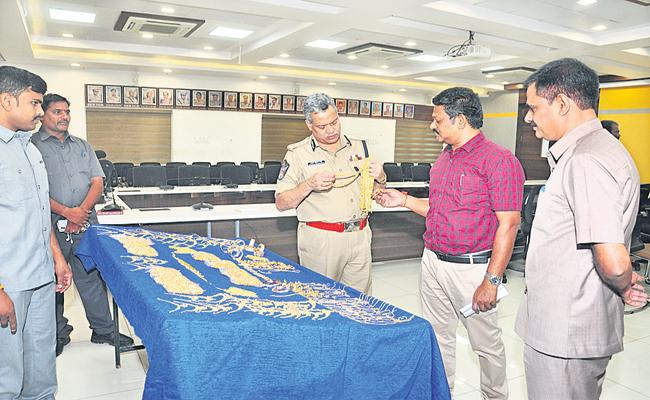 Above 8kg of gold was seized - Sakshi