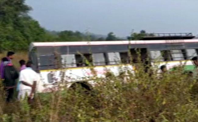 Narrow escape for  TSRTC bus passengers in peddapalli - Sakshi