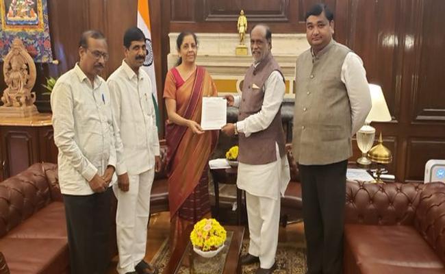 BJP State President K Laxman Meets Central Minister Nirmala Sitaraman - Sakshi