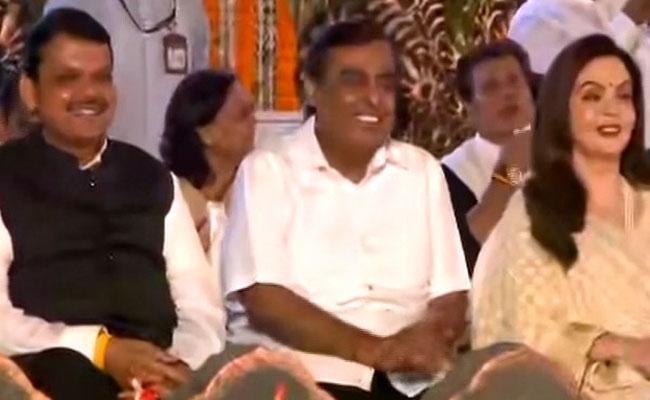 Mukesh Ambani present with family  present at Uddhav Thackeray swearing in ceremony  - Sakshi