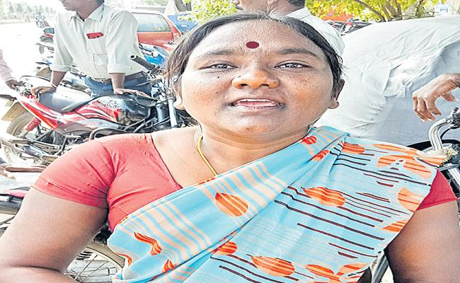 Women Farmer Attacked By Peddapalli VRO - Sakshi