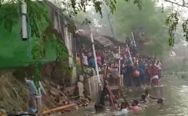 Temple Wall Collapse Three Dead While Chhath Puja In Bihar - Sakshi
