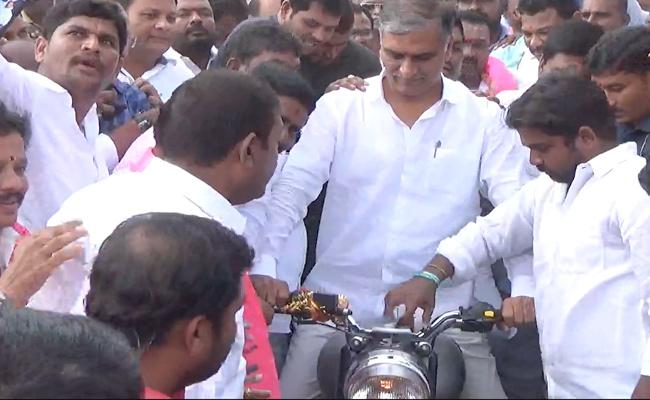 TSRTC Strike : Employees Protest At Minister Harish Rao Bike Rally - Sakshi