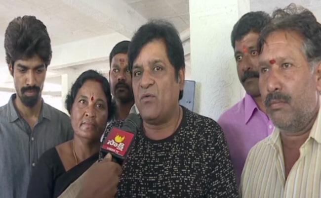 Justice For Priyankareddy: Telugu Actor Visit Priyanka House - Sakshi