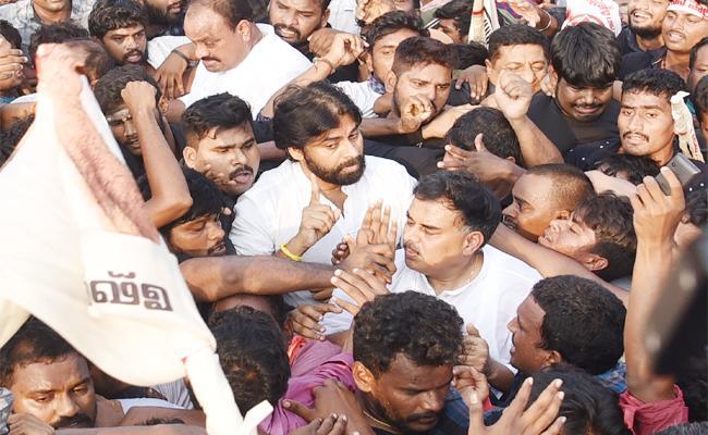Pawan kalyan Long March Failed in Visakhapatnam - Sakshi