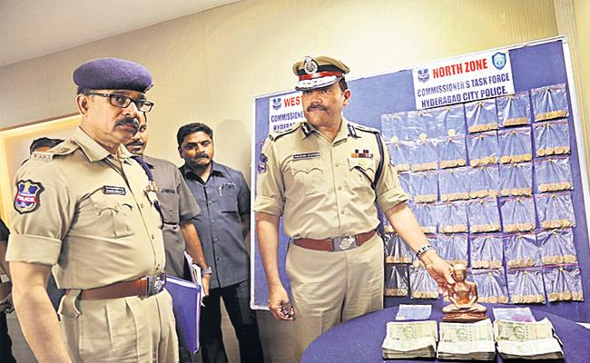 Cheating With Fake Gold Gang Arrest in Hyderabad - Sakshi