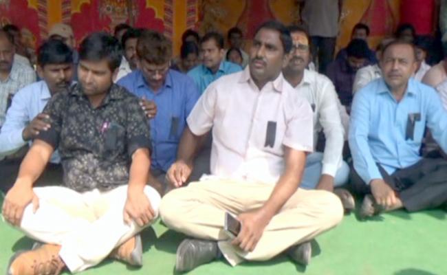 Khammam Revenue Employees Protest Against Killing Of Women Tehsildar - Sakshi