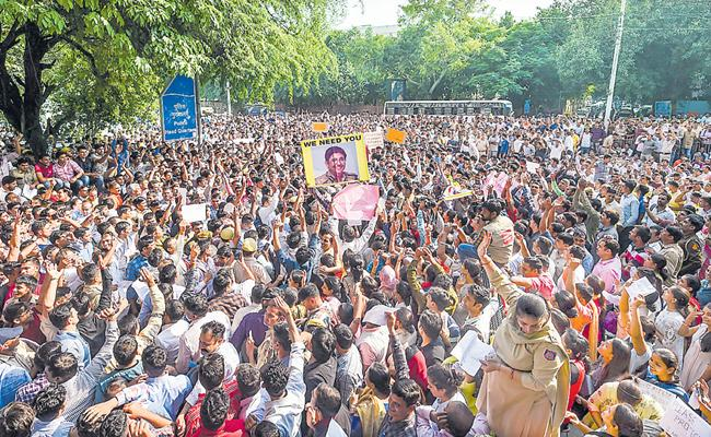 Unprecedented Protests By Delhi Police Against Attack On Police - Sakshi