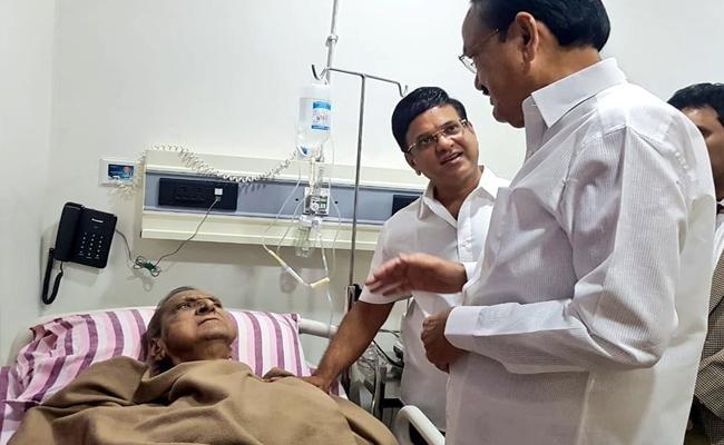 Venkaiah Naidu Visited Gollapudi Maruti Rao In Hospital At Chennai - Sakshi