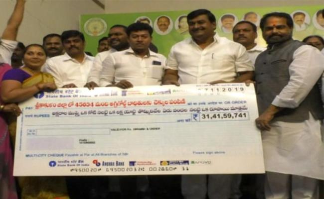 Speaker Tammineni sitaram And Minister Distributes Cheques To Agrigold Victims In Srikakulam - Sakshi
