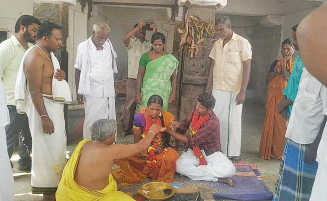 Woman Police Nadhiya Marriage With Lover Kannan in Karnataka - Sakshi