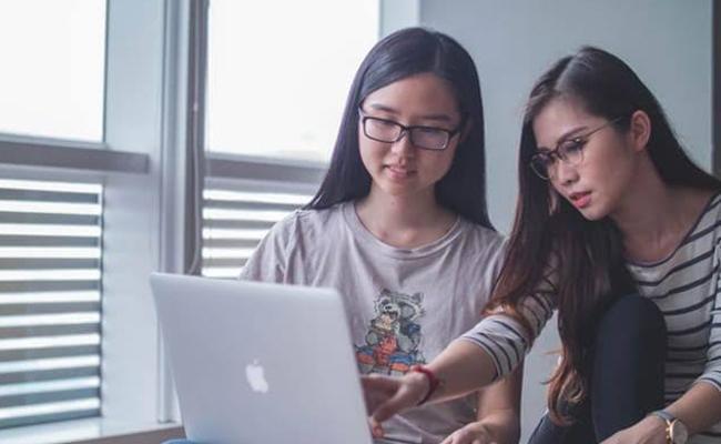 Japanese Restaurants Airlines Bans Glasses For Women Employees - Sakshi