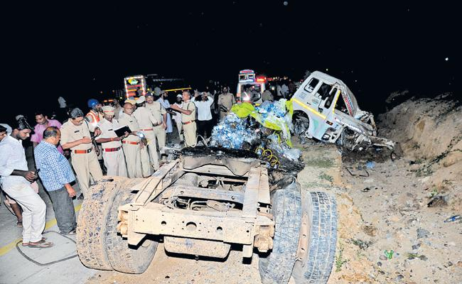 Huge Road Accident In Chittoor District Mogili Ghat - Sakshi
