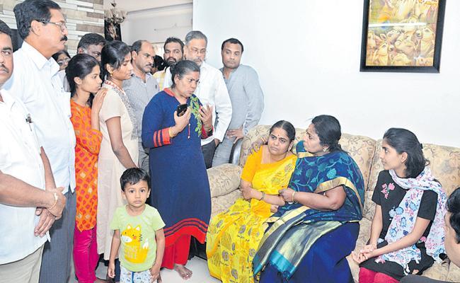 Governor Tamilisai Soundararajan Met Priyanka Reddy Family - Sakshi