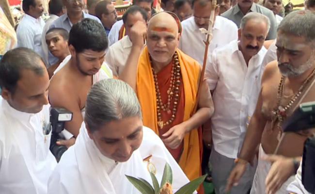 Swaroopanandendra Saraswati Visited Simhachalam Temple - Sakshi