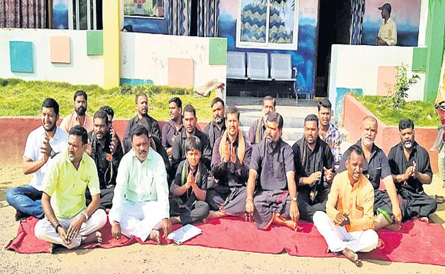 School Director Say Sorry To Ayyappa Devotees In Narsapur - Sakshi