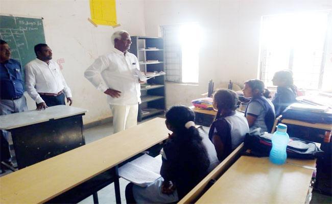 Deputy CM Kadiyam Srihari Teach Lessons In School At Jangaon  - Sakshi