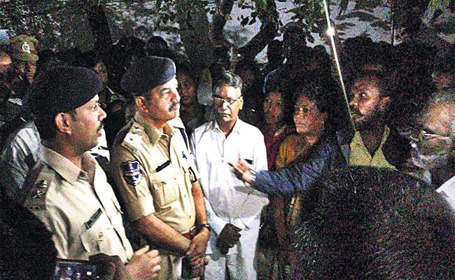 Rani Family Protest in front of Tukaram Gate Police Station - Sakshi
