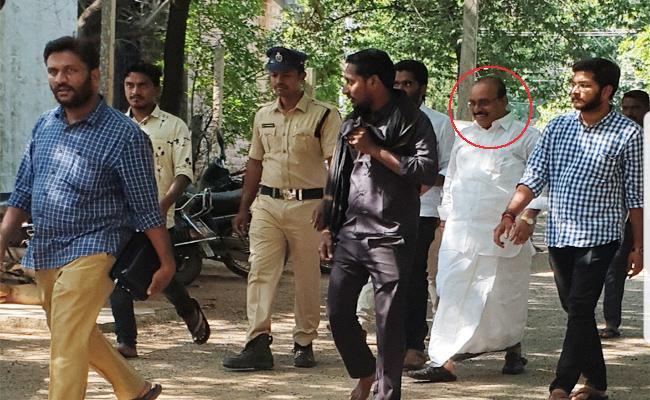 TDP Leader Karnati Murlidharb Reddy Cheat People in YSR Kadapa - Sakshi