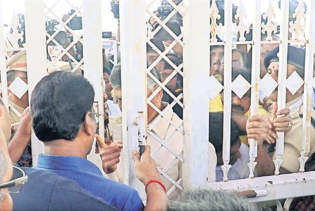 Chandra Babu Naidu and Lokesh Misbehave With Marshalls - Sakshi