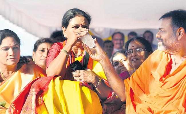 DK Aruna Calls For Phased Liquor Prohibition In Telangana - Sakshi