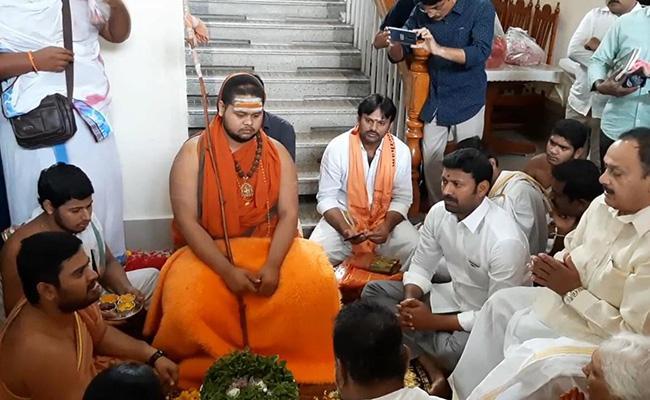 Sarada Peetham Uttaradhikari Swatmanandendra Saraswati Reached Kadapa - Sakshi
