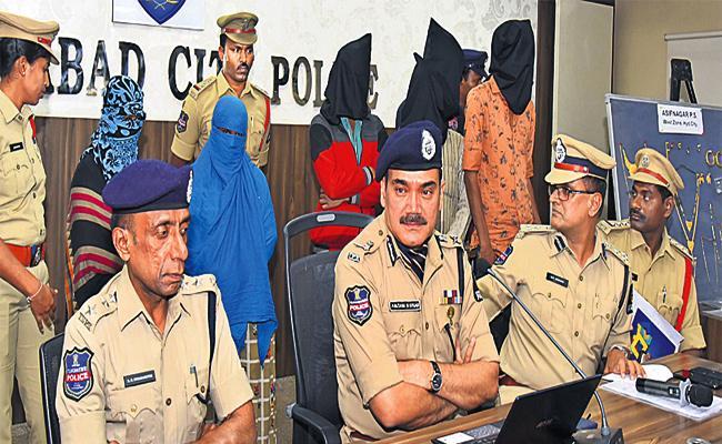 Family Arrest in Robbery Case Hyderabad - Sakshi