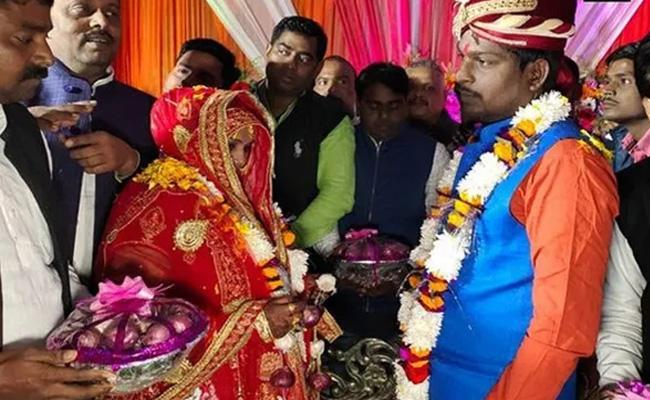 Couple Exchange Garland Of Onions Wedding Ceremony In Varanasi - Sakshi