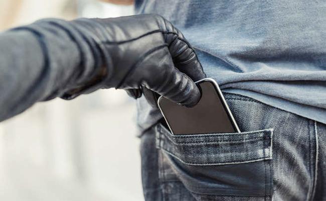 Smart Phone Robbery Cases Hikes in Karnataka - Sakshi