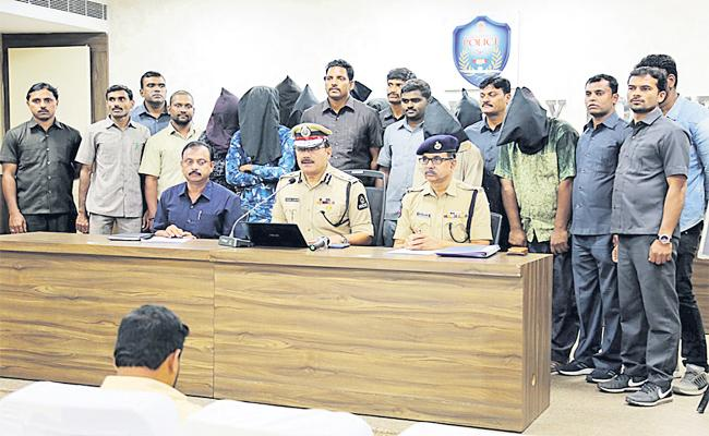 Bike Robbery Gang And Chain Snatchers Arrest in Hyderabad - Sakshi
