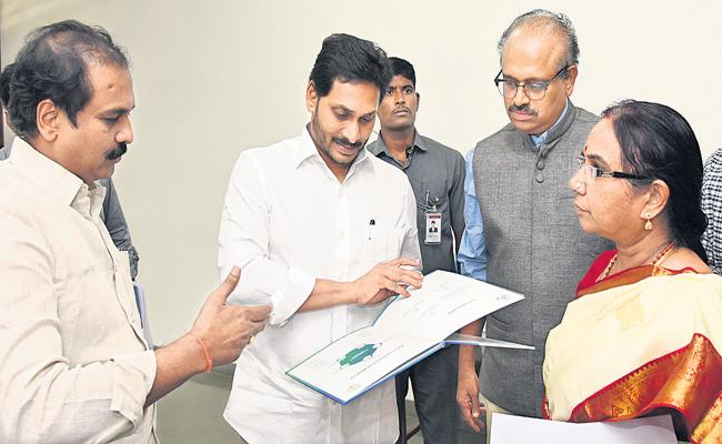 మంత్రి కన్నబాబు, అధికారులతో మాట్లాడుతున్న సీఎం వైఎస్ జగన్  - Sakshi