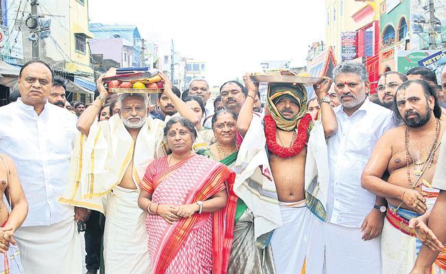 YS Jagan Mohan Reddy presented gold jewelery to Sri Padmavati Ammavaru - Sakshi