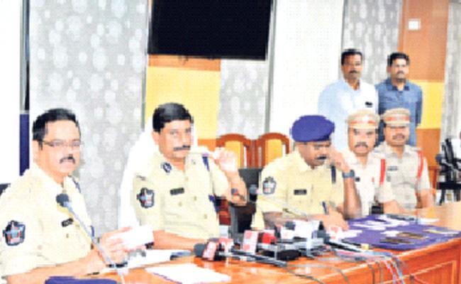 Fake Currency Gang Arrested In Visakhapatnam - Sakshi