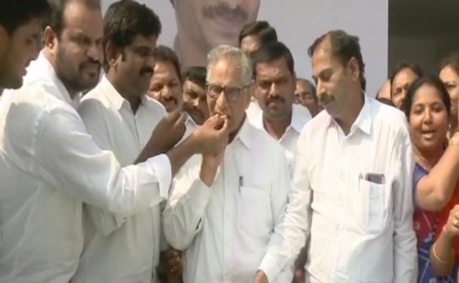 CM Jagan Mohan Reddy Birth day Celebrations In Tadepalli Party Office - Sakshi