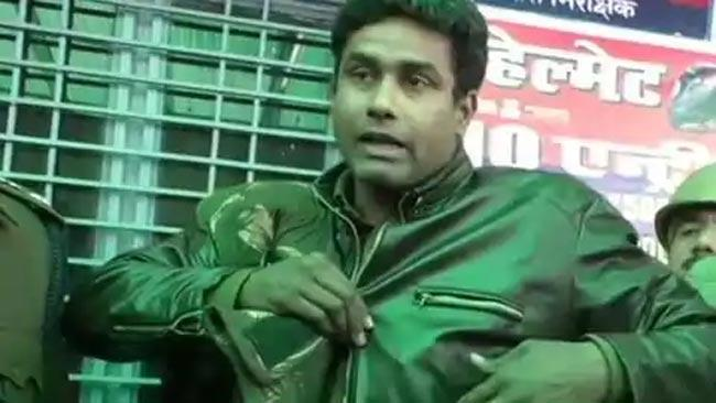 UP constable miraculously survives after bullet fired at his chest hits wallet - Sakshi