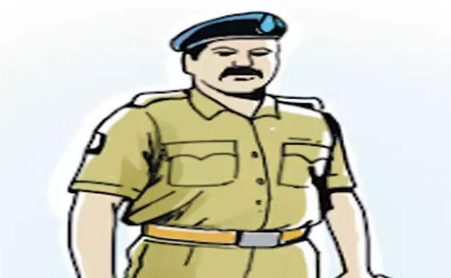 Constable Fires On Man Over Complaint Of Dial 100 At Hyderabad - Sakshi