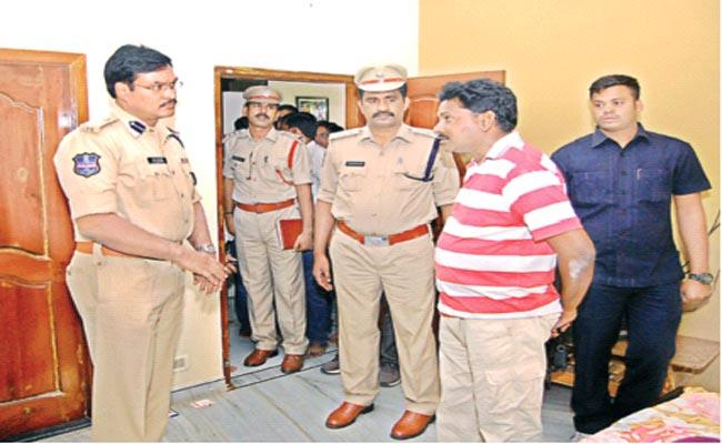 Thieves Steal Rs 3 Lakhs And 300 Grams Gold In Nalgonda  - Sakshi