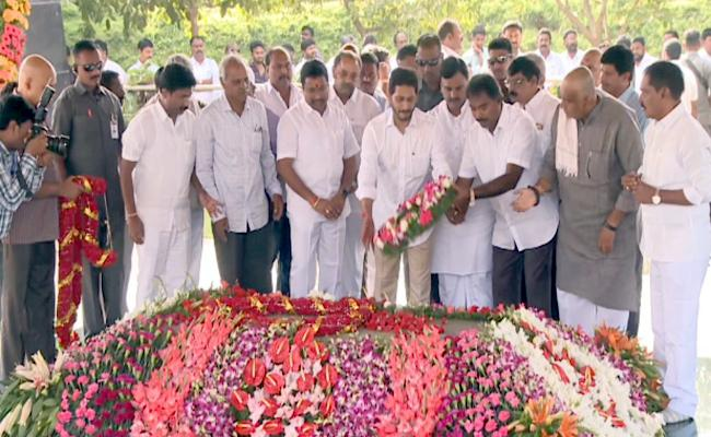 YS Jagan Pays Tribute To YSR At Idupulapaya YSR Ghat - Sakshi