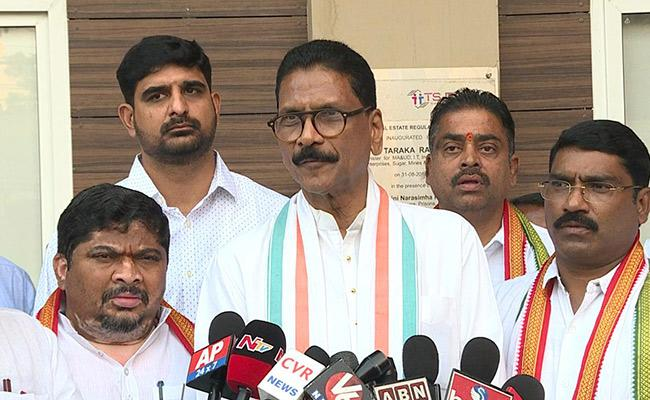 Congress leaders Meet EC Nagireddy Over Municipal Elections - Sakshi
