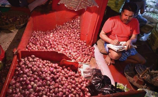 Onion Crisis Prices Steadily Getting Down - Sakshi