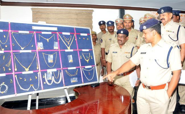 Interstate Robbery Gang Arrest in Anantapur - Sakshi