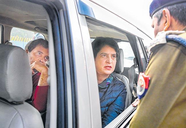 Rahul, Priyanka Gandhi stopped by UP police from entering Meerut - Sakshi