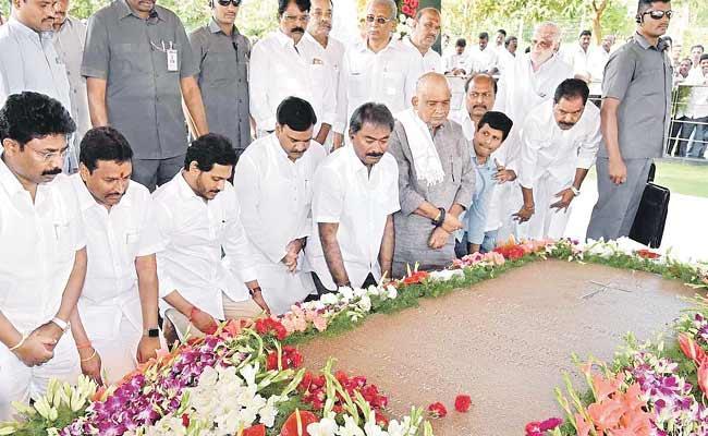 CM YS Jagan Family Paid Tribute At YSR Ghat - Sakshi